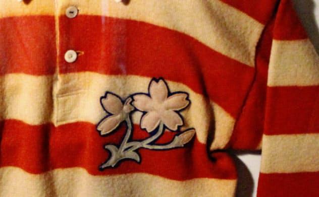 ラグビー日本代表の初代「桜のジャージー」のエンブレム(23日午前、京都・下鴨神社の資料館「秀穂舎」)=共同