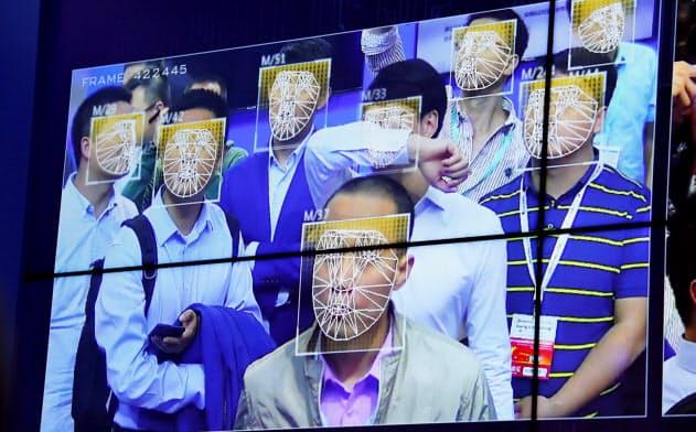 中国?深圳の公共安全に関?#24037;?#23637;示会で紹介される顔認証の技術=ロイター