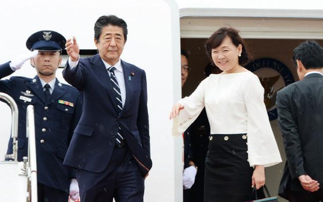 G7サミット出席のため、フランスへ出発する安倍首相と昭恵夫人(23日午前、羽田空港)