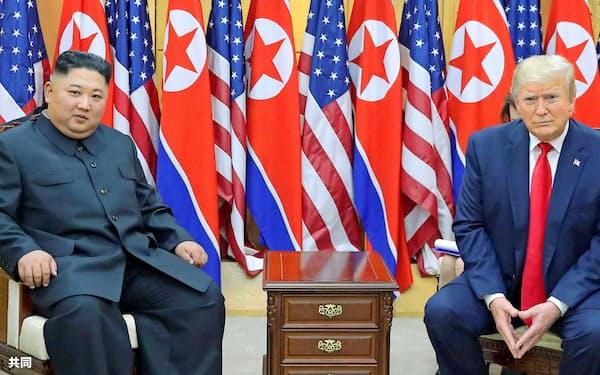 北朝鮮の李容浩外相(左端)は米朝協議再開をにらみ、ポンペオ米国務長官(右端)への批判を強めている(6月の米朝首脳会談)=朝鮮中央通信・共同