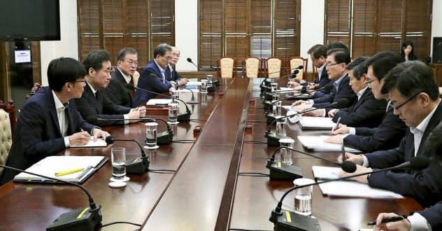 22日、ソウルの韓国大統領府で開かれた会合でGSOMIAに関する報告を受ける文在寅大統領(左から3人目)=韓国大統領府提供・共同