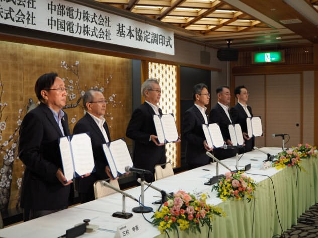4電力の社長と青森県・市の両首長が協定に調印した(23日、青森市内のホテル)