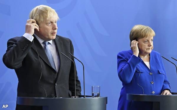 メルケル独首相(右)はジョンソン英首相(左)との記者会見で「30日」という日程に言及していたが…=AP