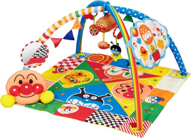 バンダイの赤ちゃん向け玩具「脳科学メロディ あそんではぐくむプレイマット?#27169;亍埂?#36196;ちゃんはマットに寝転び遊べる