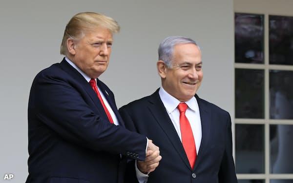イスラエルのネタニヤフ首相(右)はトランプ米大統領との親密さを前面に押し出す(3月、米ホワイトハウス)=AP