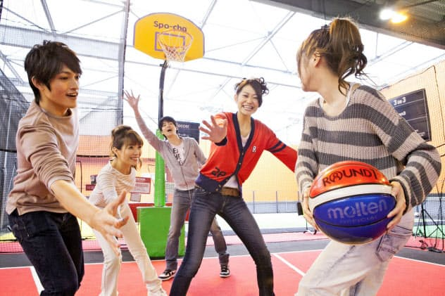 スポッチャは屋内でバスケットボールなどのスポーツを楽しめる