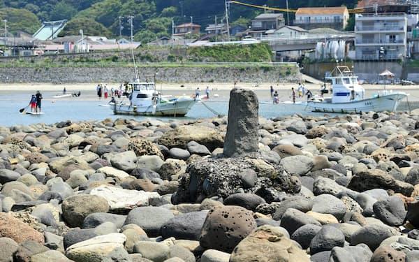 島には船を縄でつないだ石が今も残る