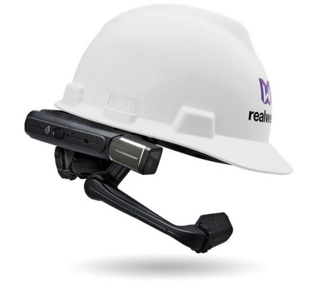 日本システムウエア(NSW)が販売する米リアルウェアの産業用スマートグラス「HMT―1」。ヘルメットや安全帽と併用できる