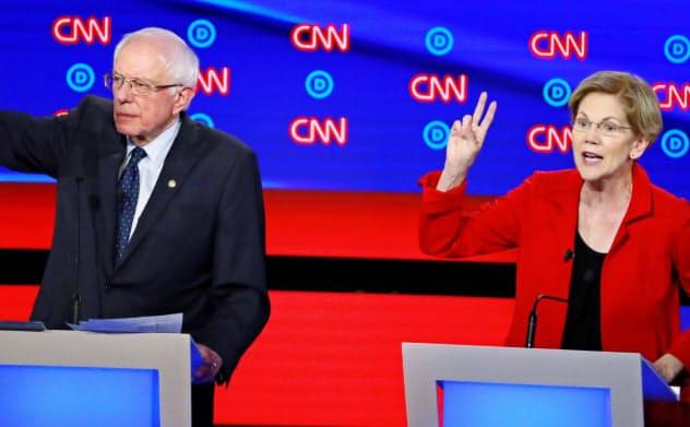 国民皆保険の導入などを訴える民主党大統領候補のサンダース上院議員(左)やウォーレン上院議員は景気悪化で支持が高まる可能性がある=ロイター