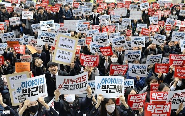 日韓がGSOMIAを締結した当時、韓国ではすでに朴槿恵大統領の退陣要求運動が高まっていた(2016年11月、ソウル中心部)