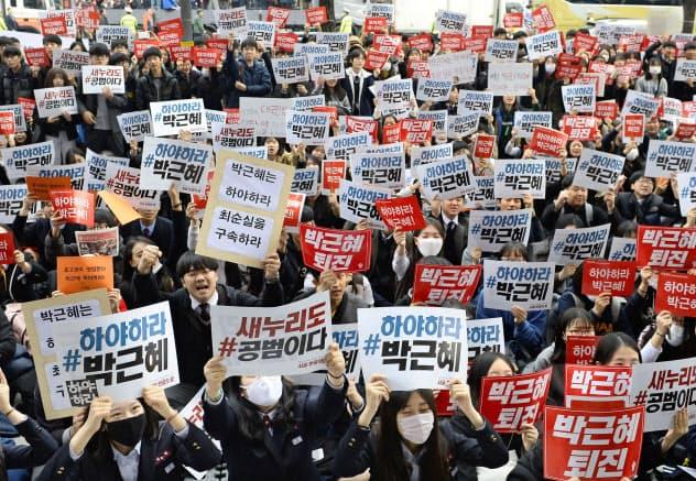 日韓がGSOMIAを締結した当時、韓国ではすでに朴槿恵大統領の退陣要求運動が高まっていた(2016年11月、ソウル中心部)=共同