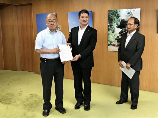 要望書を手渡す仲川げん奈良市長(中央、23日、奈良県庁)