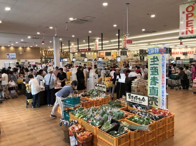 再開を待ちわびた多くの客が詰め掛けた(23日、岡山県倉敷市真備町)