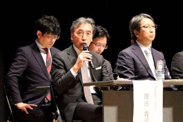 沢田社長(手前左)らが加盟店オー?#26045;`向けに時短営業の実験について説明した(東京都品川区)