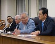 記者会見するスズキの鈴木修会長(右から2人目)ら