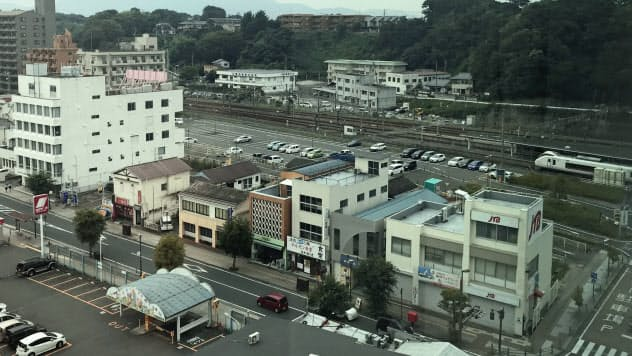 いわき駅南側の並木通り地区(手前の道路と線路の間)