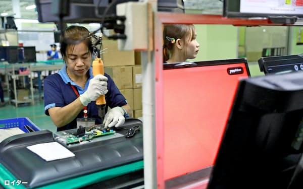 現地企業に顧客を広げる(バンコクのテレビ工場、7月)=ロイター