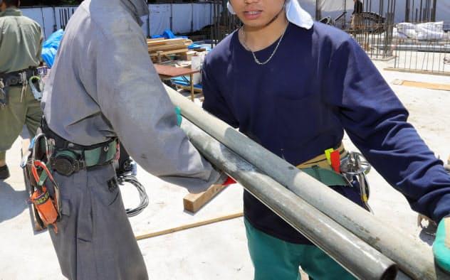 日本で働く技能実習生は30万人を大きく上回る(建設現場で働くベトナム人の技能実習生、2018年5月)
