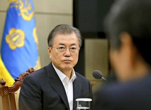 韓国政府の決定が東アジア安保を揺るがしている。22日、ソウルの韓国大統領府で開かれた会合でGSOMIAに関する報告を受ける文在寅大統領(韓国大統領府提供・共同)