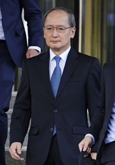 日韓軍事情報包括保護協定の破棄決定の通告を受け、厳しい表情で韓国外務省を出る長嶺安政駐韓大使=23日、ソウル(共同)