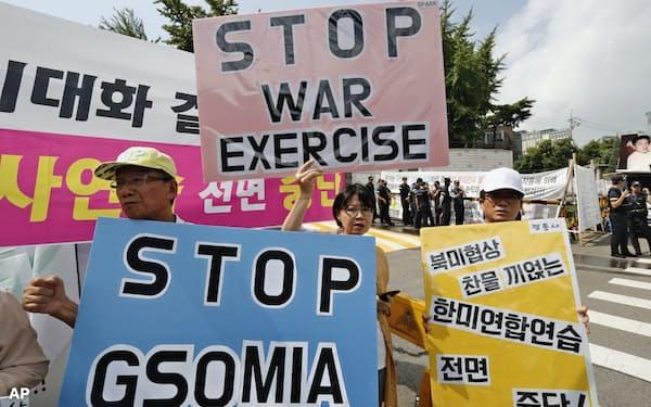 日韓GSOMIAの破棄や米韓軍事演習の中止を訴える韓国のデモ参加者=AP