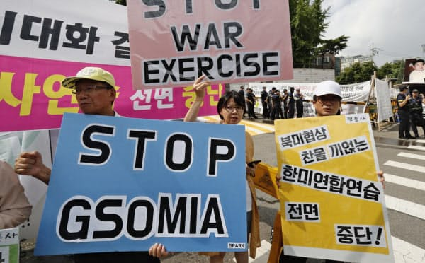 GSOMIAは韓国政府が破棄を通告しており、11月22日に有効期限が切れる(8月、GSOMIAの破棄や米韓軍事演習の中止を訴える韓国のデモ参加者)=AP
