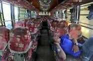 用意されたバスに乗り込むロヒンギャ難民はおらず、所在なげな運転手(22日、バングラデシュ南東部コックスバザール)=AP