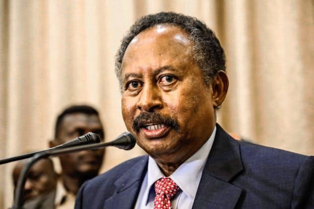 スーダンで経済学者のハムドク氏が21日、首相に就任した=AP