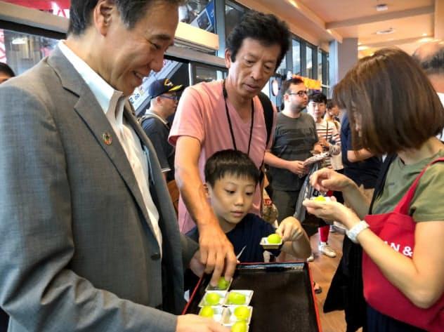長野県はタイで県産品の試食提供会を開き、おいしさをPRした(17日)