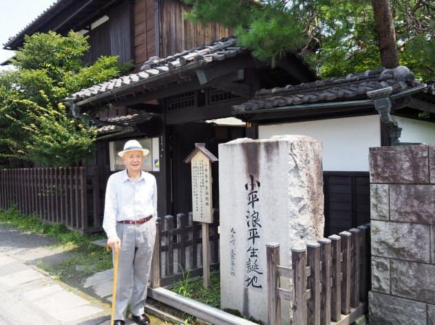 小平浪平氏の生家の前に立つ栃木商工会議所の大川会頭