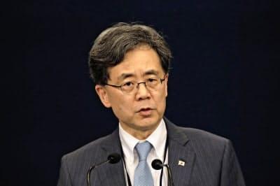 23日、日韓軍事情報協定の破棄通告を発表する韓国大統領府の金鉉宗(キム・ヒョンジョン)国家安保室第2次長=AP