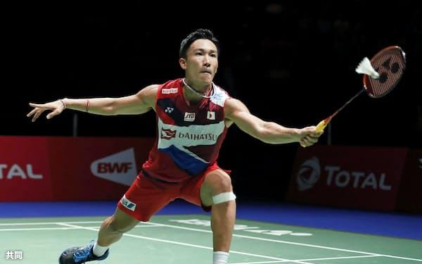 男子シングルス準々決勝 マレーシア選手と対戦する桃田賢斗(23日、バーゼル)=共同