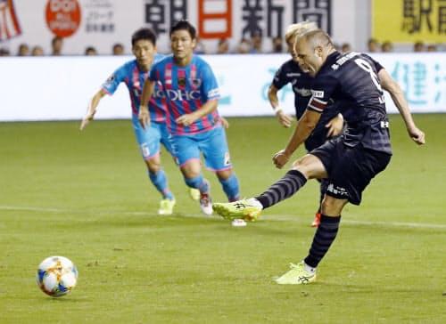 鳥栖―神戸 前半、PKで2点目のゴールを決める神戸・イニエスタ(23日、駅スタ)=共同