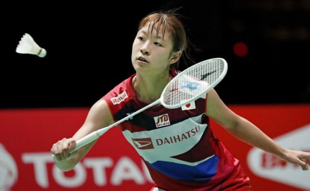 女子シングルス準々決勝 中国選手と対戦する奥原希望(23日、バーゼル)=共同