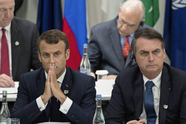 マクロン仏大統領(左)はブラジルのボルソナロ大統領(右)のアマゾン火災対応にいらだっているもようだ(6月、大阪でのG20サミット)=AP