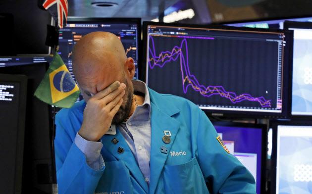 23日、株価が大幅下落したニューヨーク証券取引所のトレーダー=AP