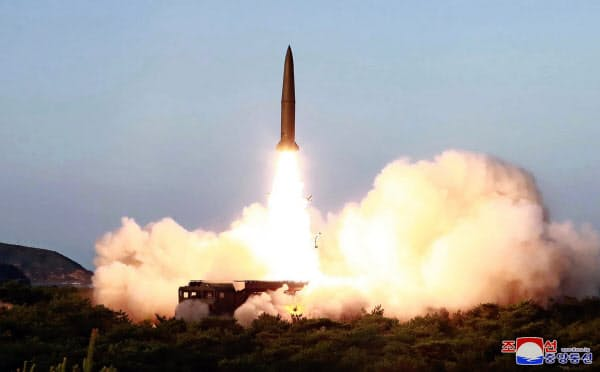 7月25日に北朝鮮が発射した短距離ミサイルとみられる飛翔体=朝鮮中央通信・AP