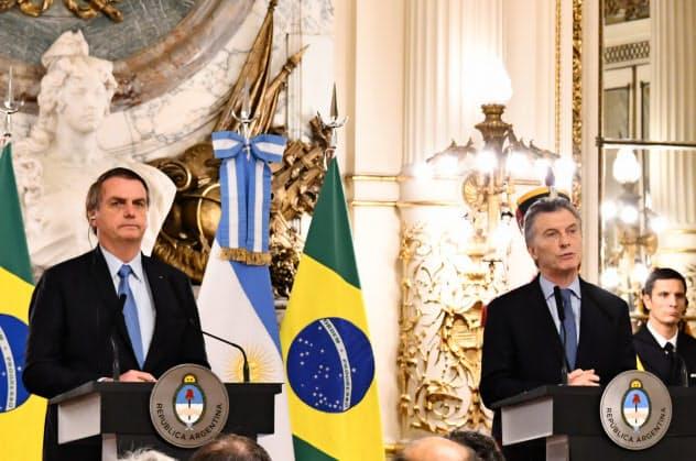 ブラジルのボルソナロ大統領(左)とアルゼンチンのマクリ大統領?#24076;疲裕?#32178;の拡大を進めていた(6月、ブエノスアイレス)
