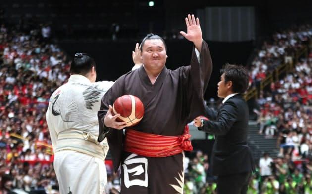 バスケの強化試合 横綱・白鵬関が来場