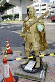 左腕の肘付近から先がもぎ取られているのが見つかった織田信長像(24日午前、名古屋市西区)=共同