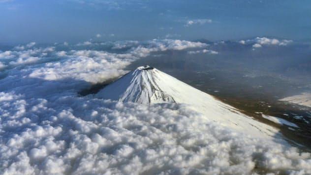 国立公園を訪れる外国人が増えている(上空からの富士山頂)
