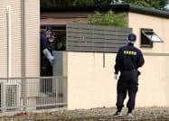 家族3人が襲われる事件があった住宅を調べる捜査員(24日午後5時38分、岐阜県北方町)=共同
