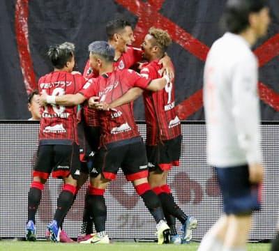 札幌―FC東京 後半、同点ゴールを決め、鈴木(奥右端)らと喜ぶ札幌・ジェイ=奥右から2人目(24日、札幌ドーム)=共同