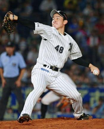 3回から登板し、プロ初勝利を挙げたロッテ・中村稔(24日、ZOZOマリン)=共同
