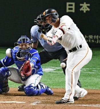 9回巨人2死一、二塁、坂本勇が左前に同点打を放つ。捕手嶺井(24日、東京ドーム)=共同