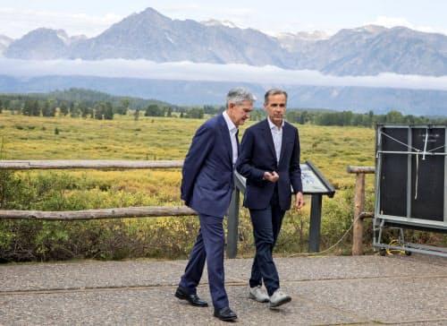 講演後に話し合うパウエルFRB議長(左)とカーニー英イングランド銀行総裁(23日、米ワイオミング州ジャクソンホール)=AP