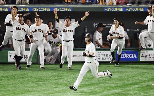 11回、代打石川(手前)のサヨナラ2ランを喜ぶ巨人ナイン(24日、東京ドーム)=共同