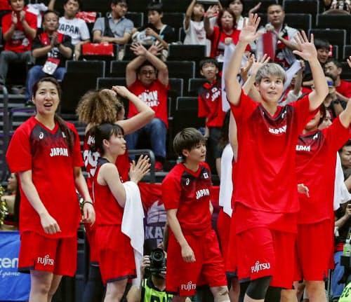 台湾に勝利し、観客に手を振る渡嘉敷(右端)ら(24日、さいたまスーパーアリーナ)=共同