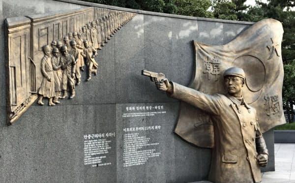 安重根による伊藤博文の暗殺の場面を描いたレリーフ(23日、韓国京畿道富川市の「安重根公園」)