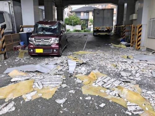高架橋から剥がれ落ちたコンクリート片(JR西日本提供、ナンバープレートを画像加工しています)=共同